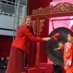 Pauline Krikke opent met een slag op de gong het jaar van het varken in. Foto: Jos van Leeuwen